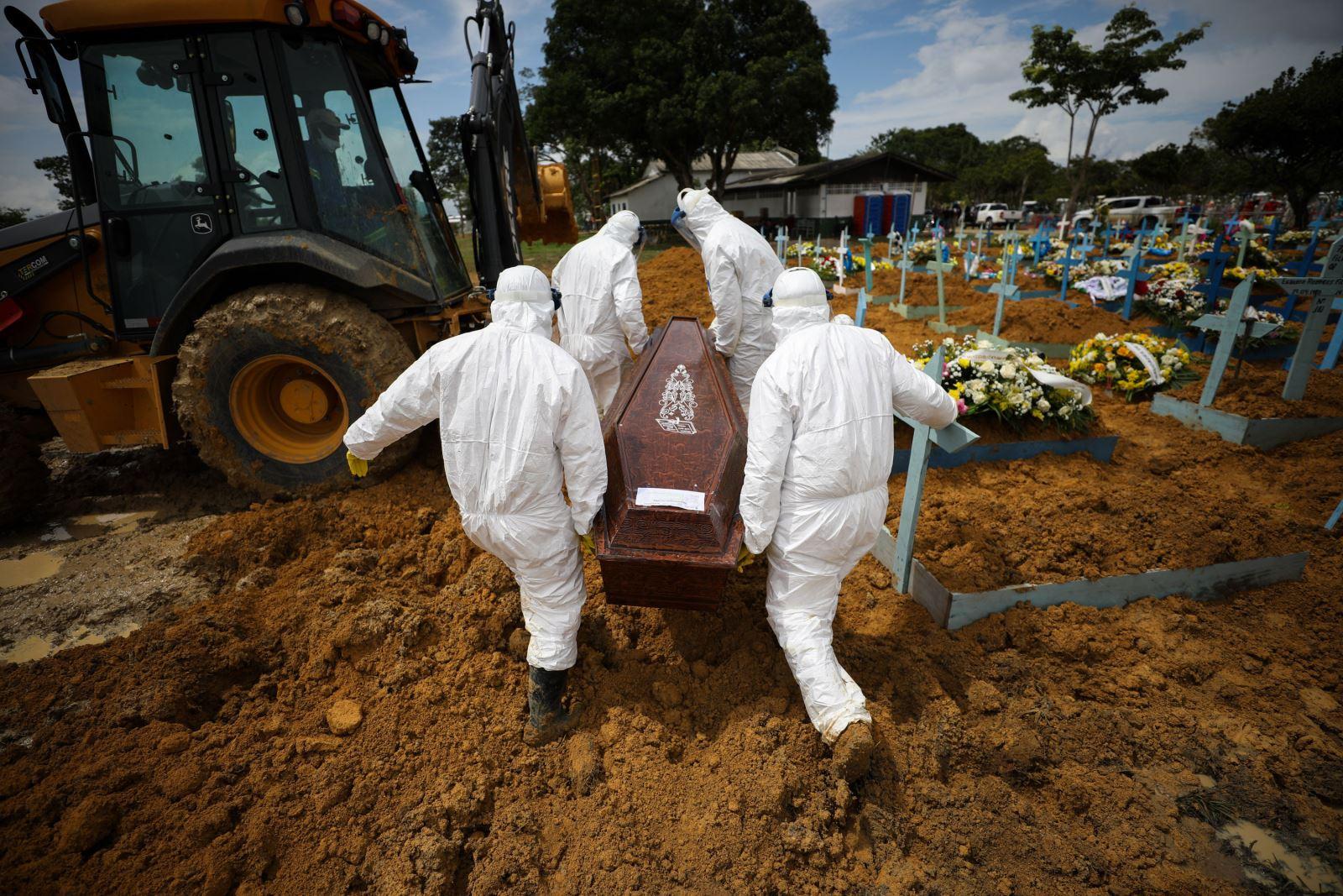 Nhân viên nghĩa trang khiêng thi thể nạn nhân tử vong vì COVID-19 ở Manaus, Brazil ngày 15-1-2021. Ảnh: Getty Images