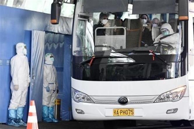 Xe buýt chở các chuyên gia thuộc phái đoàn điều tra của WHO sau khi họ tới Vũ Hán, Trung Quốc, ngày 14-1-2021. Ảnh: Kyodo/TTXVN