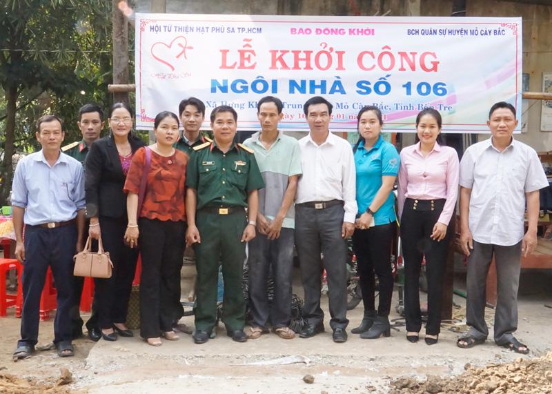 Đại biểu đến dự và chia sẻ niềm vui với anh anh Nguyễn Văn Sóc trong ngày khởi công nhà.