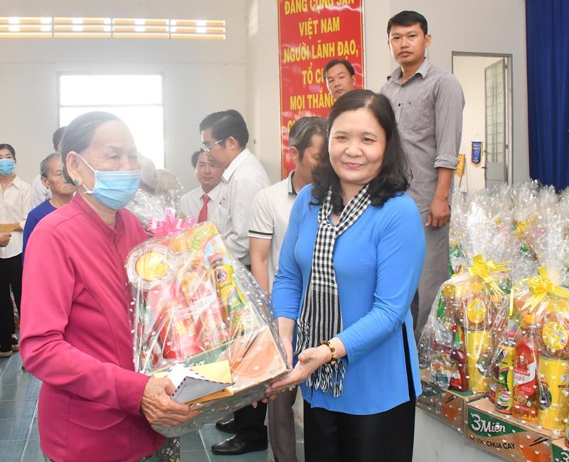 Trao quà cho người nghèo tại xã Lương Phú, huyện Giồng Trôm.