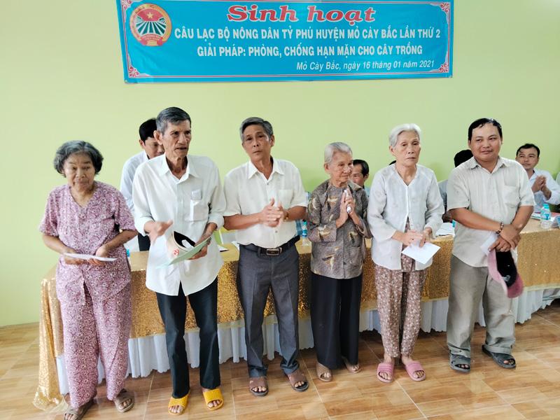 Trao quà cho hộ gia đình có hoàn cảnh khó khăn trên địa bàn thị trấn Phước Mỹ Trung.