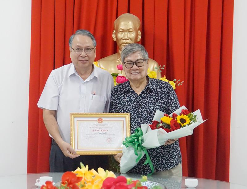 Trưởng ban Tuyên giáo Tỉnh ủy Cao Văn Dũng trao bằng khen của UBND tỉnh cho Nhà văn Nguyễn Hồ.