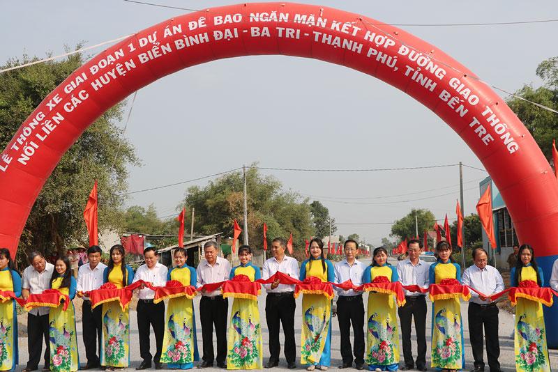 Cắt băng thông xe tuyến đê bao ngăn mặn kết hợp đường giao thông nối liền ba huyện Bình Đại - Ba Tri - Thạnh Phú giai đoạn 1.
