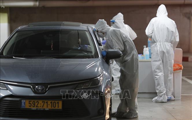 Nhân viên y tế lấy mẫu xét nghiệm COVID-19 tại Modiin, Israel. Ảnh: THX/TTXVN
