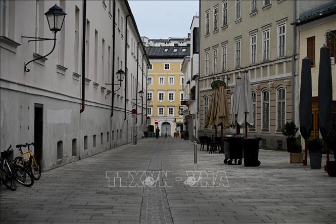Cảnh vắng vẻ tại một tuyến phố ở Salzburg, Áo trong bối cảnh các biện pháp hạn chế được áp dụng nhằm ngăn chặn COVID-19 ngày 4-1-2021. Ảnh: AFP/TTXVN