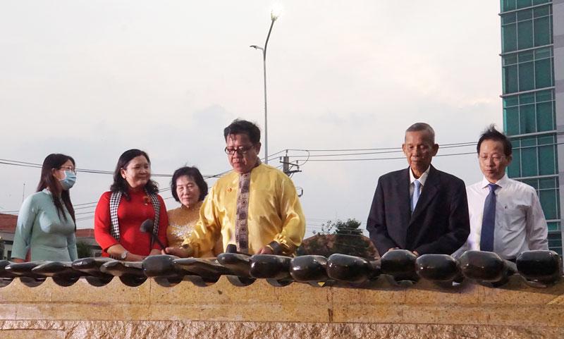 Nguyên Phó thủ tướng Chính phủ Trương Vĩnh Trọng và Phó bí thư Thường trực Tỉnh ủy đã đến tham quan công trình.