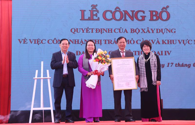 Đại diện Bộ Xây dựng trao quyết định công nhận đô thị loại IV thị trấn Mỏ Cày.