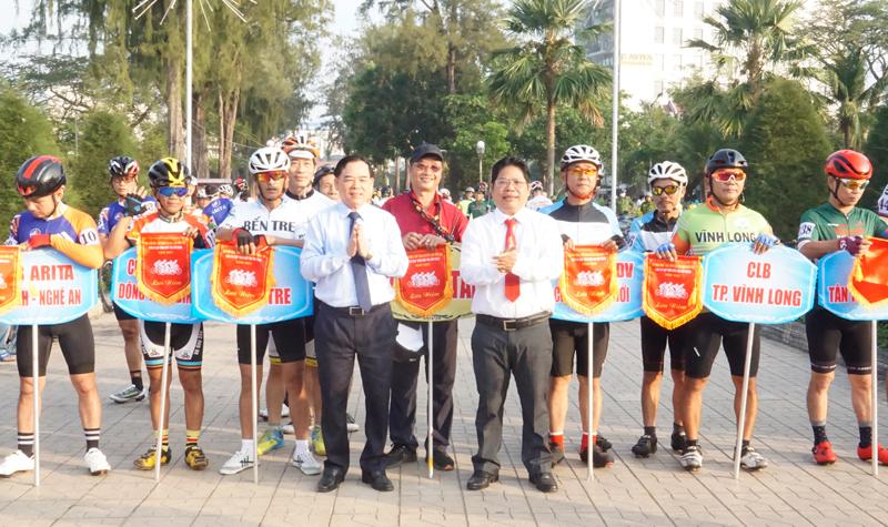 Lãnh đạo tỉnh và Ban tổ chức trao cờ lưu niệm cho các câu lạc bộ về tham dự giải.