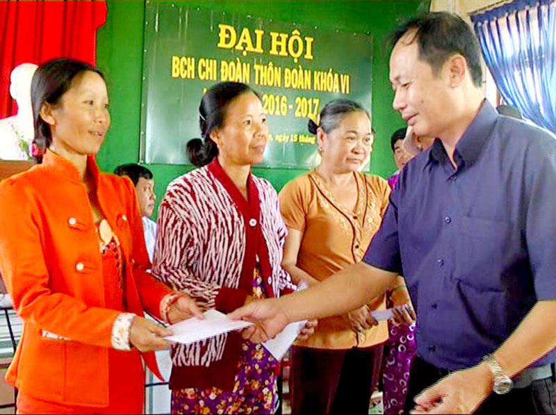 Hàng năm, lãnh đạo huyện đều có chuyến thăm, tặng quà đồng bào di dân vùng kinh tế mới. Ảnh: Huỳnh Lâm
