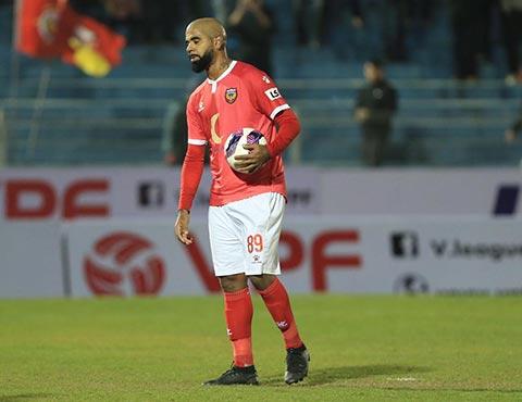 Tiền đạo Claudecir trở thành tội đồ của đội chủ nhà khi sút hỏng 2 quả phạt đền.