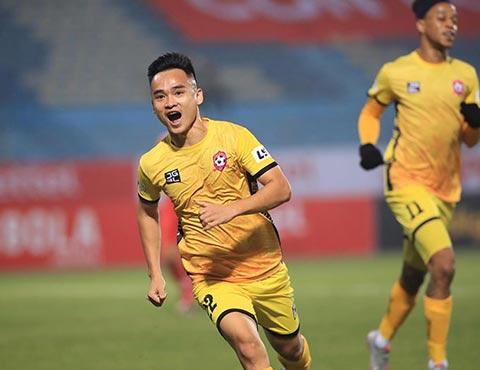Tiền vệ Phú Nguyên trong lần đầu khoác áo Hải Phòng đã có bàn thắng vô cùng quý giá cho đội khách.