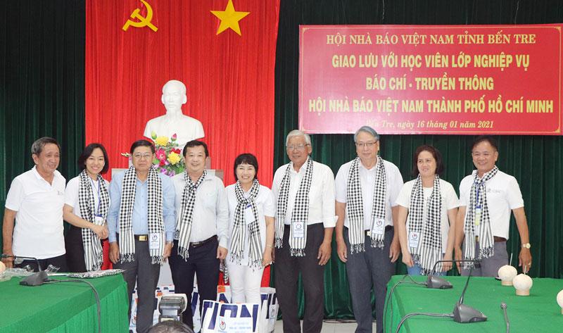 Các học viên lớp nghiệp vụ báo chí - truyền thông Hội Nhà báo TP. Hồ Chí Minh giao lưu tại Bến Tre.