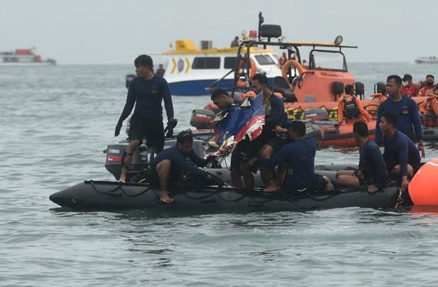 Lực lượng cứu hộ tìm kiếm chiếc máy thuộc hãng hàng không Sriwijaya Air gặp nạn tại vùng biển ngoài khơi Jakarta, Indonesia ngày 10-1-2021. Ảnh: THX/TTXVN