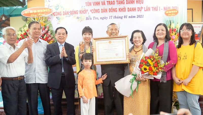 """Trao danh hiệu """"Công dân Đồng khởi"""" cho nguyên Phó thủ tướng Chính phủ Trương Vĩnh Trọng."""