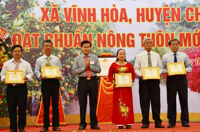 Khen thưởng cá nhân tham gia tốt phong trào xây dựng nông thôn mới Vĩnh Hòa (Chợ Lách).