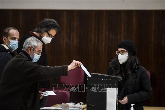 Cử tri bỏ phiếu sớm bầu Tổng thống tại điểm bầu cử ở Lisbon, Bồ Đào Nha ngày 17-1-2021. Ảnh: AFP/TTXVN