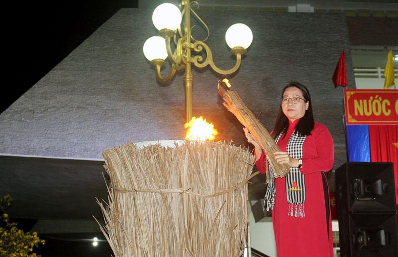 Nghi thức thắp đuốc truyền thống. Ảnh: Nguyễn Sự.