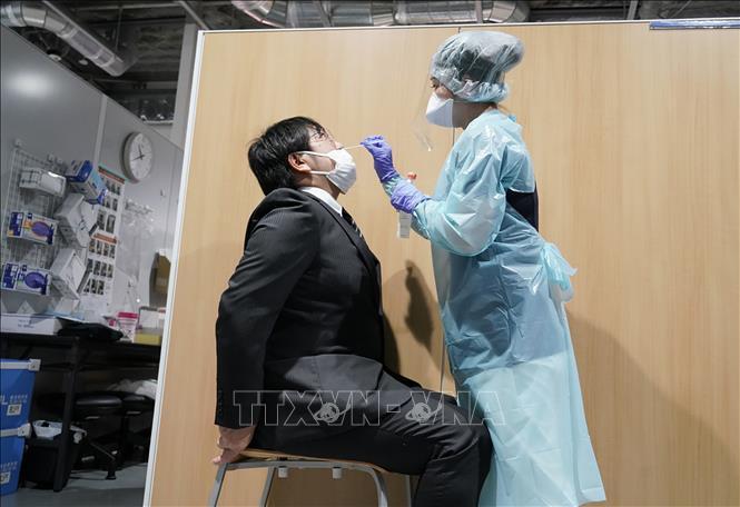 Nhân viên y tế lấy mẫu xét nghiệm COVID-19 cho người dân tại Narita, Nhật Bản ngày 2-11-2020. Ảnh: AFP/TTXVN