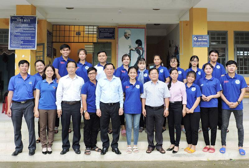 Lãnh đạo tỉnh thăm các bạn sinh viên tình nguyện hè tại xã Thạnh Phong huyện Thạnh Phú.