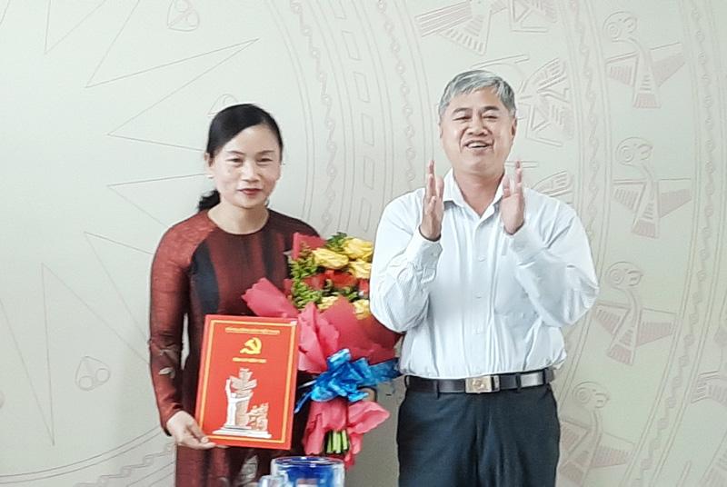 Trưởng Ban Tổ chức Tỉnh ủy Nguyễn Văn Đức trao quyết định, tặng hoa chúc mừng đồng chí Nguyễn Thị Mai Rý.