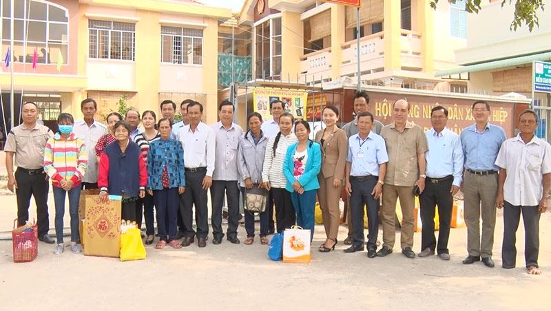 Đoàn TP. Bến Tre chụp ảnh lưu niệm với lãnh đạo, nhân dân xã Tân Hiệp.