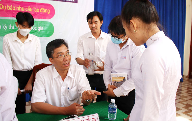 Các em học sinh tham gia hoạt động tư vấn tại chỗ. Ảnh Huy KT