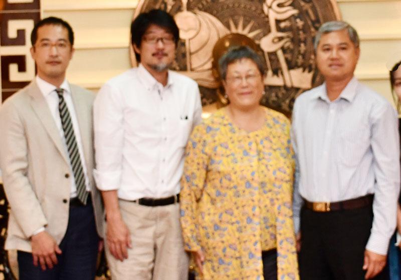 Bà Akemi Bando (thứ 2, từ phải sang) trong chuyến làm việc tại tỉnh vào tháng 12-2019. Ảnh: PV