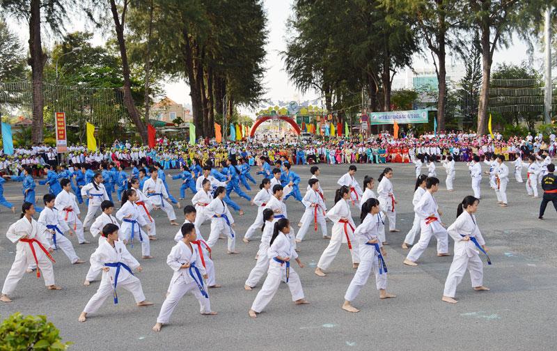 Các em học sinh đồng diễn tại một sự kiện thể thao cấp TP. Bến Tre.