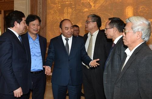 Thủ tướng trao đổi với các đại biểu bên lề cuộc họp. Ảnh: VGP/Quang Hiếu