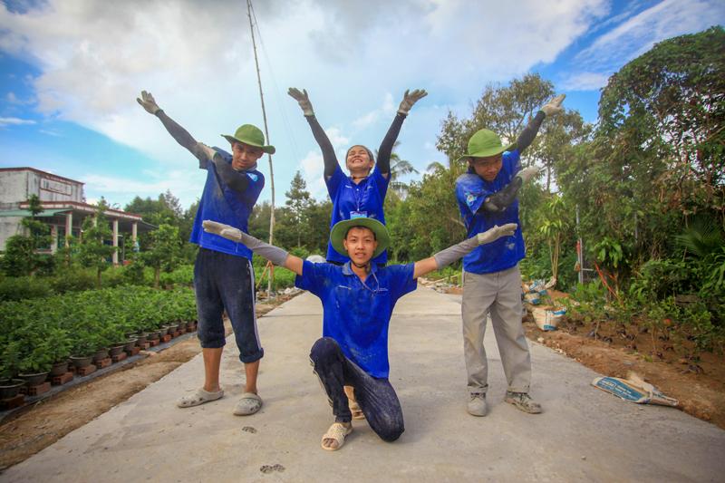 Các bạn sinh viên tình nguyện hè tại xã Hòa Nghĩa huyện Chợ Lách.