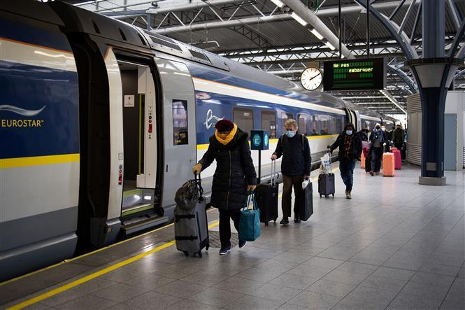 Hành khách lên tàu Eurostar tại ga Brussel-Zuid, Bỉ, ngày 15-1-2021. Ảnh: AFP/TTXVN