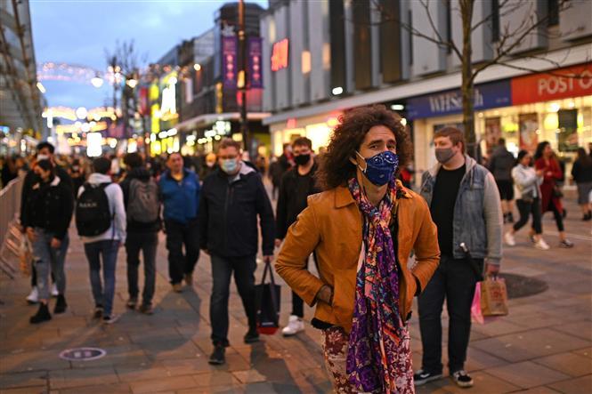 Người dân đeo khẩu trang phòng dịch COVID-19 tại Newcastle-upon-Tyne, phía Đông Bắc vùng England ngày 19-12-2020. Ảnh: AFP/TTXVN