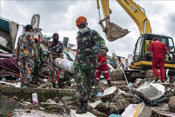 Lực lượng cứu hộ tìm kiếm nạn nhân dưới đống đổ nát sau trận động đất tại tỉnh Tây Sulawesi, Indonesia, ngày 17-1-2021. Ảnh: THX/TTXVN