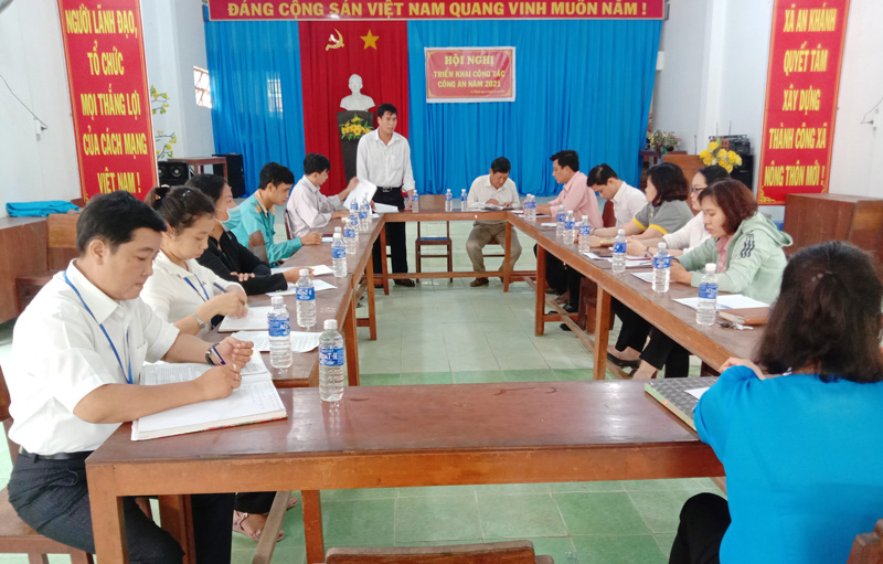 Tổ thẩm định nông thôn mới của Sở Thông tin và Truyền thông làm việc tịa xã An Khánh. Ảnh Hoàng Loan.