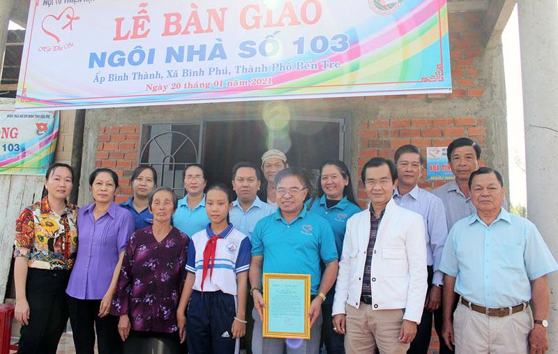 Đại biểu chụp hình lưu niệm với gia đình anh Trương Công Bình.