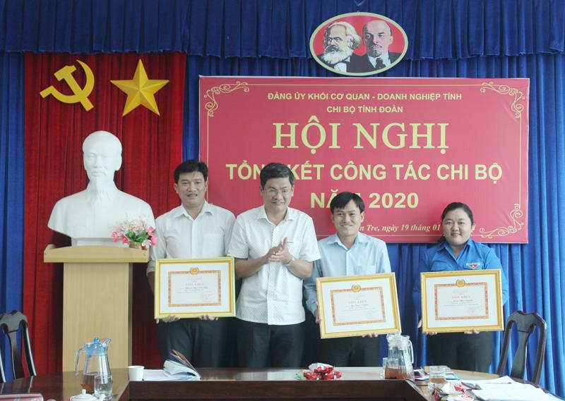 Khen thưởng các cá nhân hoàn thành xuất sắc nhiệm vụ năm 2020.