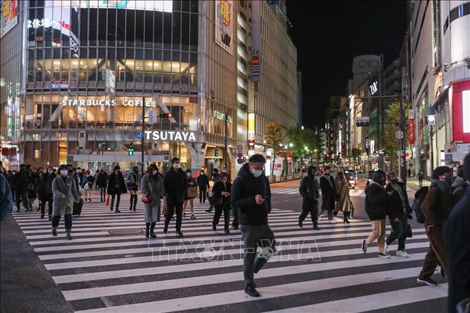 Người dân đeo khẩu trang phòng lây nhiễm COVID-19 tại Tokyo, Nhật Bản ngày 9-1. Ảnh: THX/TTXVN