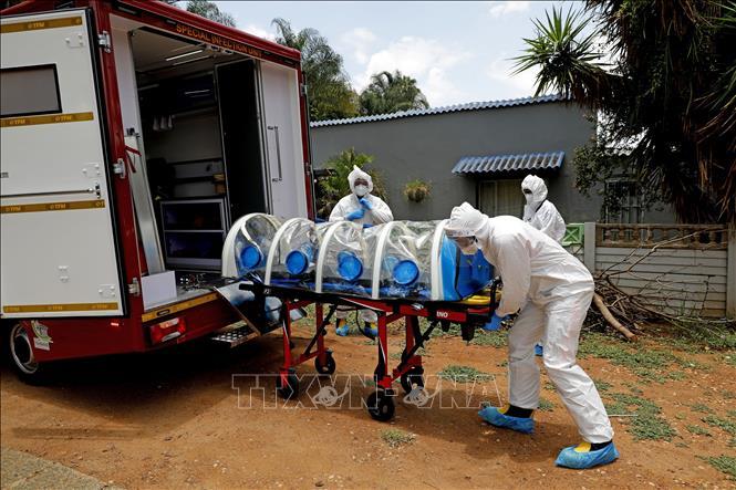 Chuyển bệnh nhân mắc COVID-19 lên xe cứu thương tại Pretoria, Nam Phi ngày 15-1. Ảnh: AFP/TTXVN