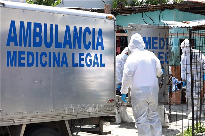 Chuyển thi thể các bệnh nhân tử vong do COVID-19 tại bệnh viện ở Guayaquil, Ecuador, ngày 6-4-2020. Ảnh: AFP/TTXVN