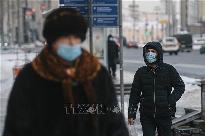 Người dân đeo khẩu trang phòng lây nhiễm COVID-19 tại Moskva, Nga ngày 15-1. Ảnh: THX/TTXVN
