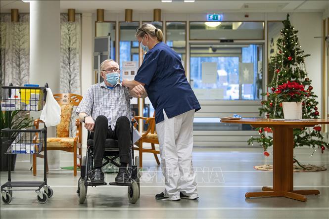 Tiêm chủng vaccine ngừa COVID-19 tại một viện dưỡng lão ở Nykoping, Thụy Điển, ngày 27-12-2020. Ảnh: AFP/TTXVN