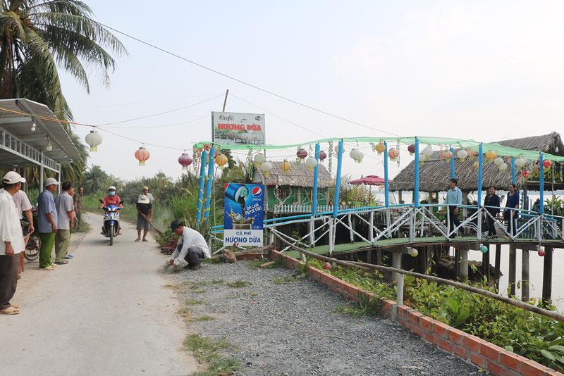 Người dân ấp cồn Thành Long trang trí cảnh quan chào đón ngày công bố ấp nông thôn mới.