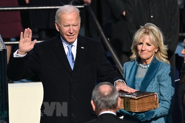 Ông Joe Biden (trái) tuyên thệ nhậm chức trước Chánh án Tòa án Tối cao John Roberts tại Đồi Capitol ở thủ đô Washington DC., ngày 20-1-2021. Ảnh: AFP/TTXVN