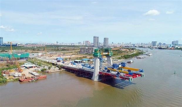 Dự án cầu Thủ Thiêm 2 nối Quận 1 và Quận 2 (TP. Hồ Chí Minh) có vốn đầu tư 3.082 tỷ đồng, quy mô 6 làn xe, tổng chiều dài 1.465m. Trong đó, phần cầu dài 885m được thiết kế là cầu dây văng với trụ tháp chính có hình dáng kiến trúc cầu Rồng cao 113m, nghiêng về phía Thủ Thiêm. Ảnh: TTXVN phát