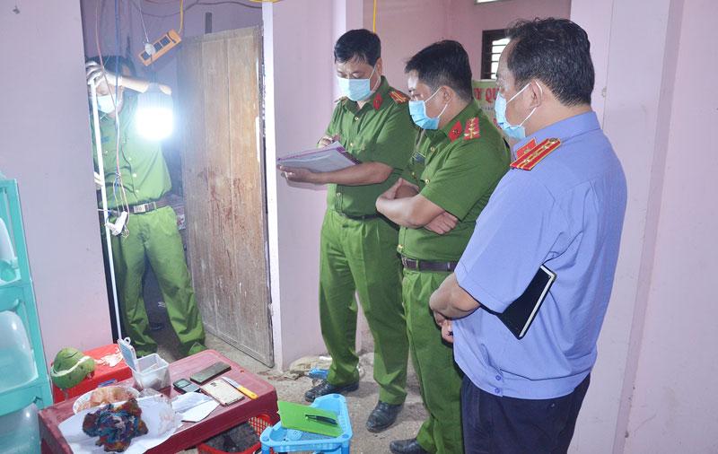 Cơ quan công an khám nghiệm hiện trường nơi xảy ra vụ việc.