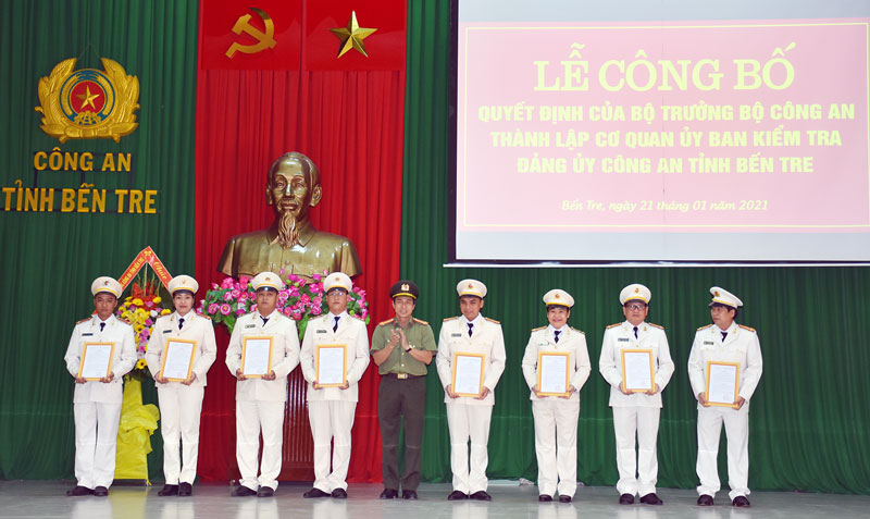 Đại tá Võ Hùng Minh trao quyết định của Bộ Công an thành lập cơ quan UBKT đảng ủy Công an Bến Tre. Ảnh: M. Tú