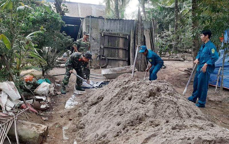 Cán bộ, chiến sĩ Ban Chỉ huy Quân sự huyện Chợ Lách giúp  gia đình chính sách, gia đình có hoàn cảnh khó khăn xây dựng nhà ở. Ảnh: C.Lách