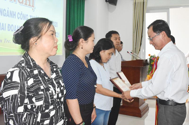 Phó chủ tịch UBND tỉnh Nguyễn Minh Cảnh trao chứng nhận và cúp lưu niệm cho sản phẩm công nghiệp nông thôn tiêu biểu khu vực phía Nam năm 2020.