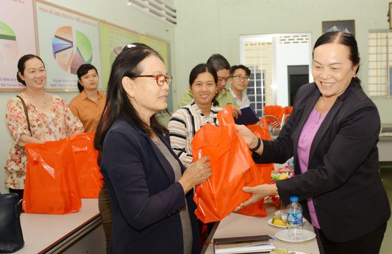 Bà Nguyễn Thị Kiều Oanh - Chủ tịch Hội Bảo vệ quyền lợi người tiêu dùng tỉnh thăm hỏi và tặng quà Tết cho hội viên về dự họp mặt.