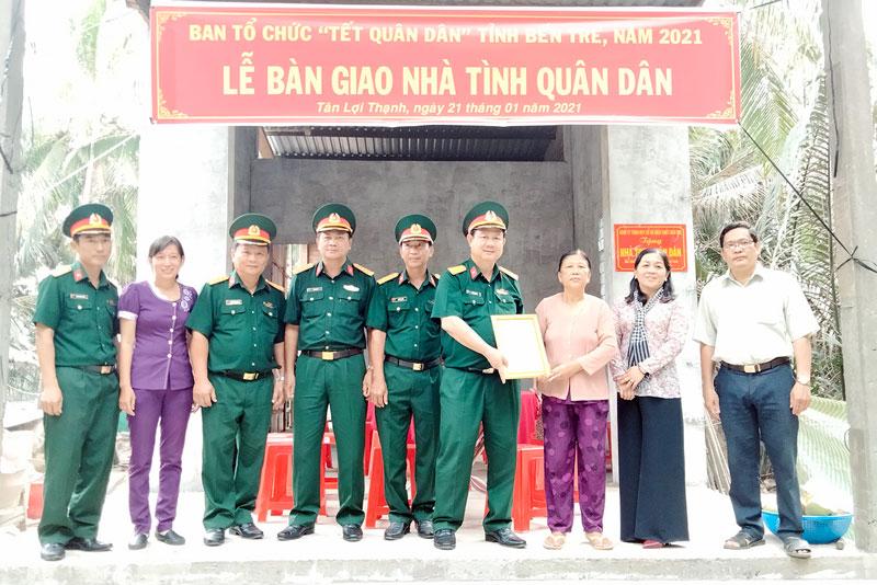 Trao nhà Tình quân dân ở xã Tân Lợi Thạnh, huyện Giồng Trôm.